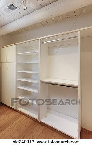 Planken Voor Kledingkast.Kabinetten En Lege Planken In Walk In Kledingkast Stock