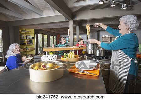 Archivio fotografico nonne e nipoti divertimento in - Nonne in cucina ...