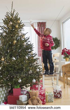 Stock foto afrikanischer amerikanischer junge dekorieren weihnachtsbaum bld110954 suche - Weihnachtsbaum dekorieren ...