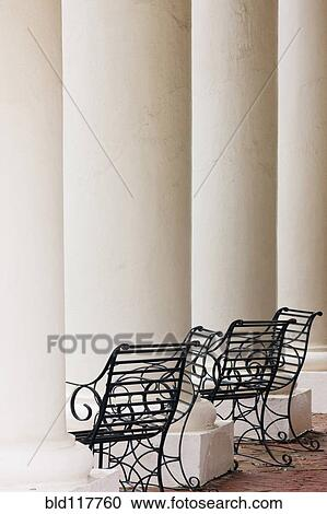 banques de photographies fer forg chaises et colonnes bld117760 recherchez des photos. Black Bedroom Furniture Sets. Home Design Ideas