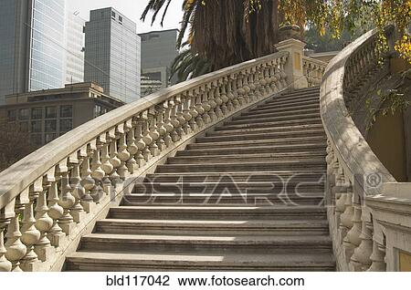 Attirant Ornate Curved Staircase