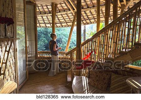 Stock Bild Kaukasisches Frauenansehen In Bambus Zimmer Ubud