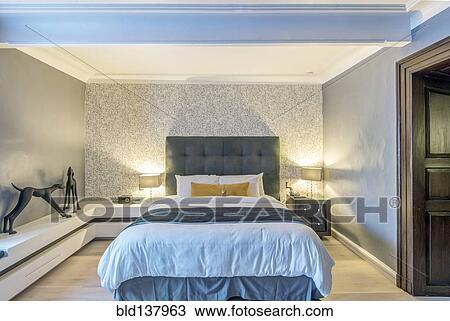 Stock Foto - bed, verlichting, en, kunst, in, hippe, hotelkamer ...