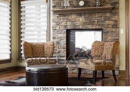 Openhaard In Woonkamer : Stock foto stoelen en openhaard in woonkamer bld139573 zoek