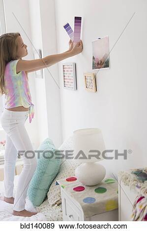 Caucasien, girl, cueillette, peinture, couleur, pour, chambre à coucher  Banque de Photo