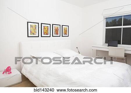 Slaapkamer Met Kunstmuur : Stock fotografie bed en muur kunst in hippe slaapkamer