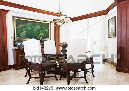 Stock Foto - tafel, stoelen, en, muur, kunst, in, sierlijk, eetkamer ...