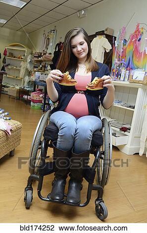 banque de photo enceintes parapl gique femme dans fauteuil roulant achats dans magasin. Black Bedroom Furniture Sets. Home Design Ideas