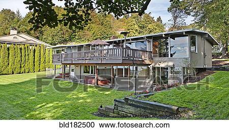 Haus Mit Erhoht Deck Und Hinterhof Stock Bild