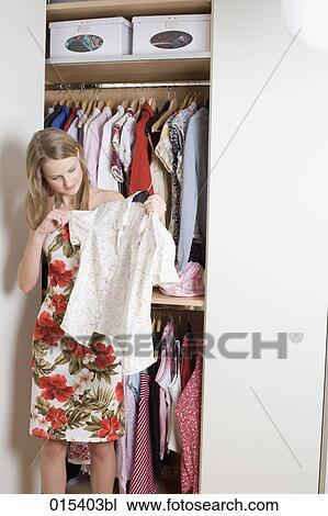 info pour 9c564 81237 Adolescente, vérification, chemisier, devant, ouvert, garde-robe Banque  d'Image