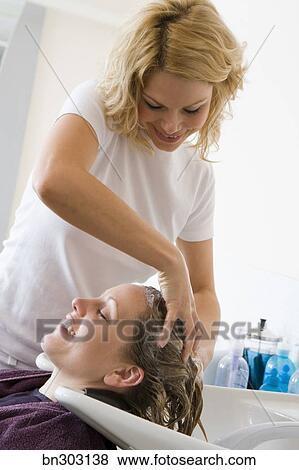 friseur, shamponieren, frau, haar stock foto | bn303138