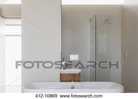 Archivio fotografico vasca bagno doccia e lavandino in