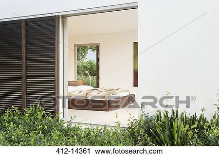 Bois Volets Et Porte Coulissante A Moderne Chambre A Coucher Banque D Image