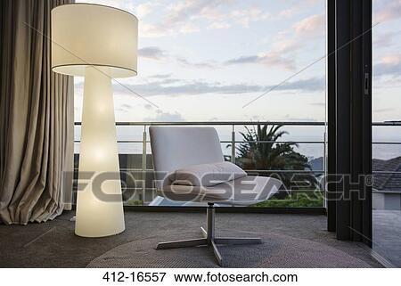 Bild Modernes Bodenlampe Und Stuhl In Wohnzimmer Ecke 412