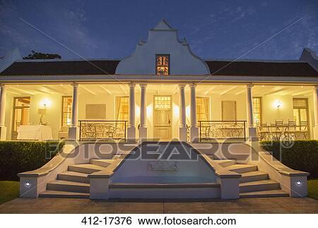 Colecci n de im genes lujo casa con p rtico iluminado por la noche 412 17376 buscar - Casa con portico ...