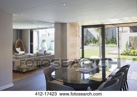 Stock Foto Luxus Esszimmer Offenes To Sonnig Gartenterasse