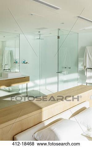 soleil brille dans chambre coucher demi em suite salle bains