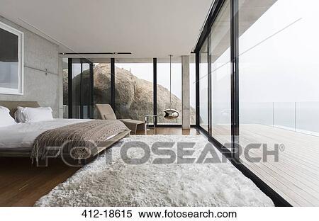 Slaapkamer Met Tapijt : Stock afbeelding shag tapijt en glas muren in hippe