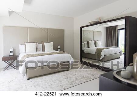 Bianco, e, beige, moderno, camera letto, con, letto matrimoniale, specchio  Archivio Immagini