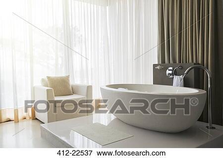 Vista, de, moderno, y, lujoso, cuarto de baño, con, bañera, y ...