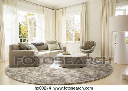 Runder, teppich, unter, sofa, und, ottoman, in, wohnzimmer Bild