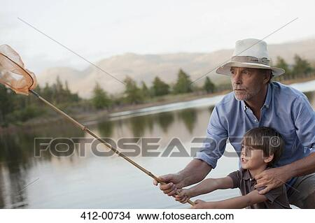 Pêche Petit fils Avec Père Et Grand père Pêchant Au Lac