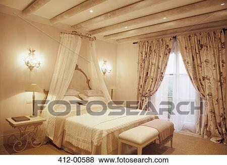 Images bougeoirs et baldaquin au dessus lit dans luxe chambre coucher 412 00588 for Lit baldaquin luxe