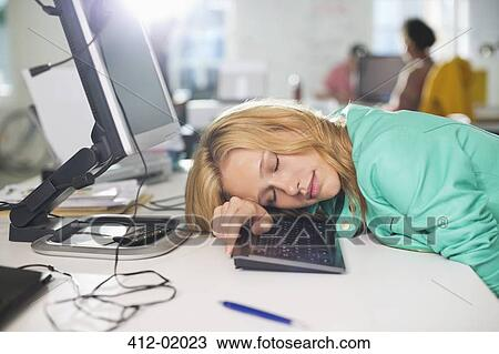 Femme affaires dormir bureau banque de photo