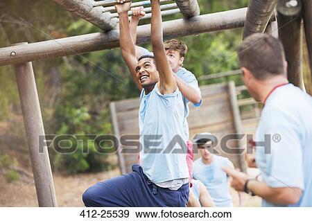 Klettergerüst Clipart : Stock fotograf mann überfahrt klettergeruest auf stiefel