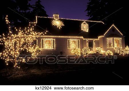 Haus Weihnachtsbeleuchtung.Haus Dekoriert Mit Weihnachtsbeleuchtung Bild