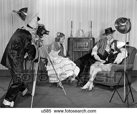 1940s, Costumed, Teenager, Gesellschaft, Von, 2 Männer, Und, 2, Frauen, In,  A, Wohnzimmer, Mit, Sessel, Und, Boden Modell, Radio