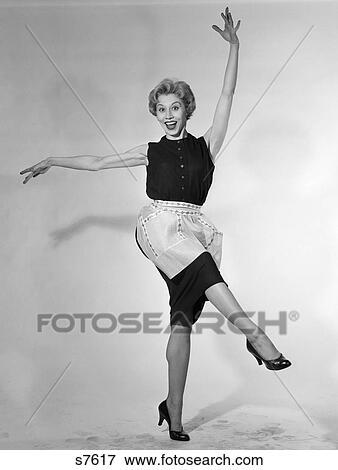 Bild 1950 1950s Frau In Schuerze Hausfrau Tanzen Treten