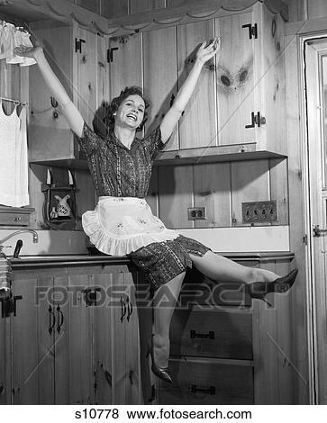 Bilder 1950 1950s Hausfrau Sitzen Auf Countertop Treten