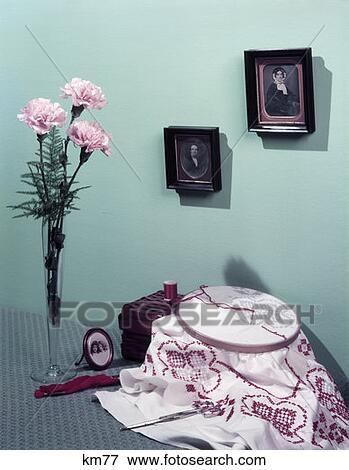 Bild - 1950s, stillleben, rosafarbene nelken, in, blumenvase, kreuz ...