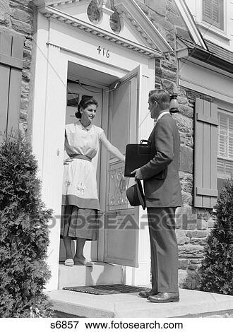 Bild 1950s Verkäufer An Tuer Reden Hausfrau S6857 Suche