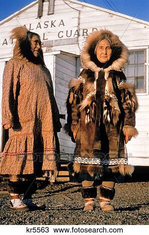 premium selection 48fb1 cb132 1960s, 2, elederly, inuit, femmes, esquimau, fourrure, déguisement, été, &,  hiver, parka, mode, kotzebue, ak, océan arctique, amérindien Banque ...
