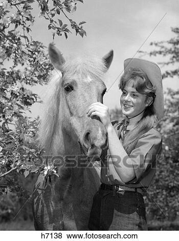 1960s, jugendliches mädchen, in, cowboyhut, petting, pony
