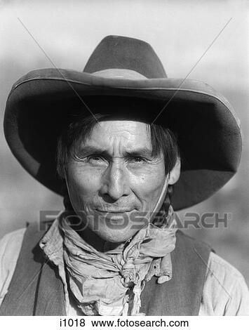 3dd71cfdbe81d Stock Photo - 1920S Smiling Native American Stoney Sioux Indian Man Western  Trail Guide Wearing Cowboy