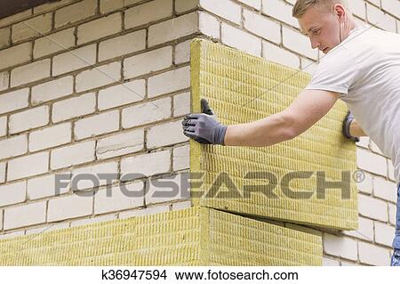 Stock Foto Bauhofarbeiter Isolieren Haus Fassade Mit Mineral