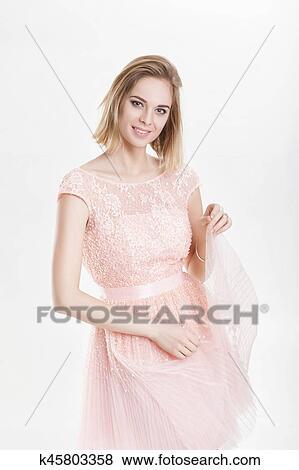 free shipping 40cc0 5c52f Porträt, von, schön, blond, smillingl, frau, in, rosa, cocktailkleid, auf,  grauer, hintergrund Stock Foto