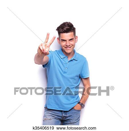 5c7c7ea5b8 Uomo, in, blu, camicia polo, esposizione, il, segno vittoria Archivio  Fotografico