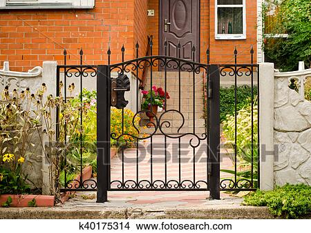Rot Haus Fassade Mit Eisenzaun Grune Baume Blumen Bild