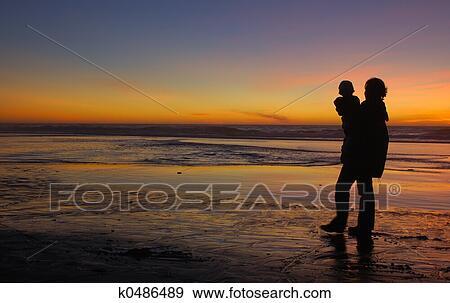 Fille Et Mère à Coucher Soleil 1 Banque De Photo