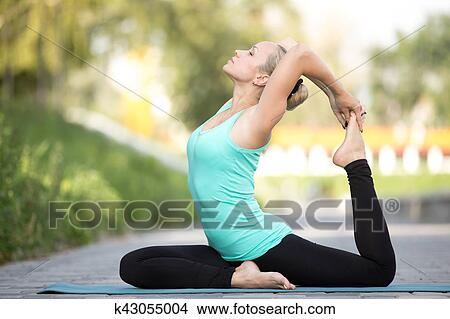 une jambes roi pigeon pose image  k43055004  fotosearch