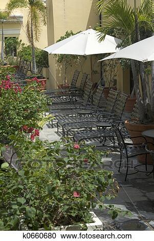 Banco de Fotografías - salón sillas patio con flores & Banco de Fotografías - salón sillas patio con flores k0660680 ...