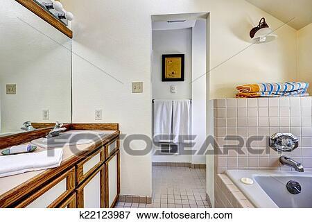 Immagine bagno vanità gabinetto con marrone rifilare e