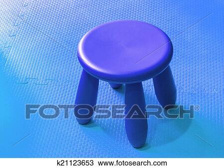 Archivio fotografico piccolo blu plastica sgabello per