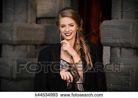 74f4e15fe71a Banque de Photo - sourire heureux, gai, mode, girl, dans, robe noire,  veste, sur, mur, pierre, arrière-plan., bonheur, concept., image, de, joli,  élégant, ...