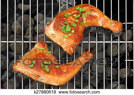 Dos, barbacoa, pollo asado, cuartos, en, el, caliente, carbón ...