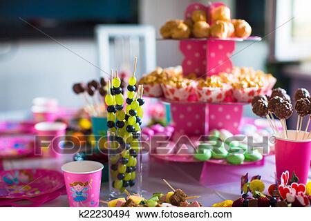 Tavolo Compleanno Bambini : Archivio fotografico canape di frutta cioccolato bianco torta